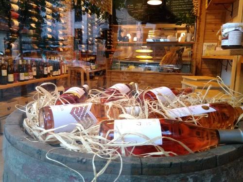 Розе в магазин за вино Купаж в София